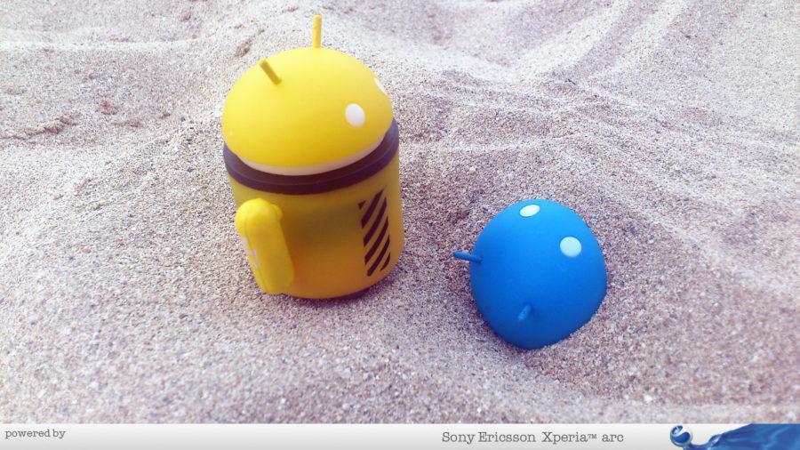 Androidi na plaži
