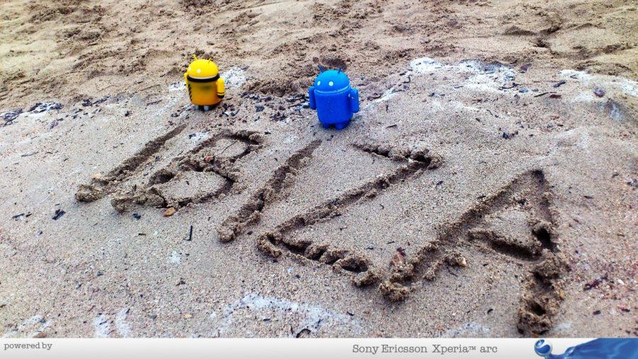 Androidi pišu po pesku